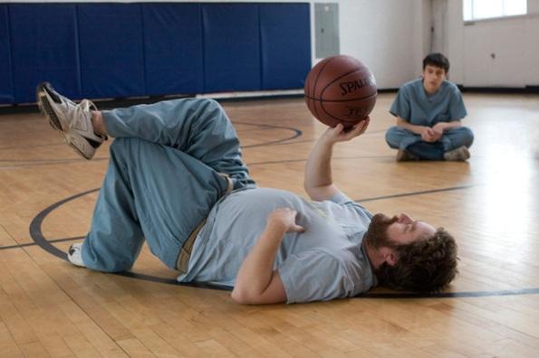 Cena do filme em uma quadra de basquete