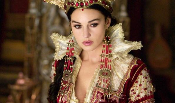 Monica Belucci como rainha má
