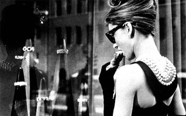 Holly Golightly em frente à Tiffany's na Quinta Avenida (NY)