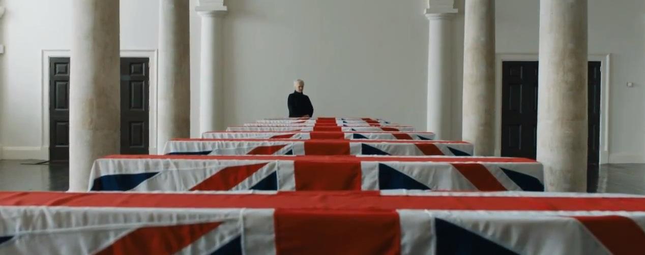 M (Judi Dench) no funeral dos agentes ingleses