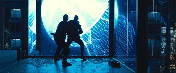 James Bond lutando com Patrice em Shangai