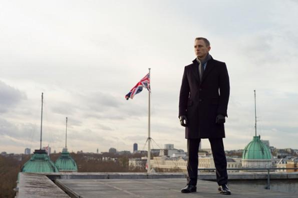 James Bond em frente à bandeira da Inglaterra