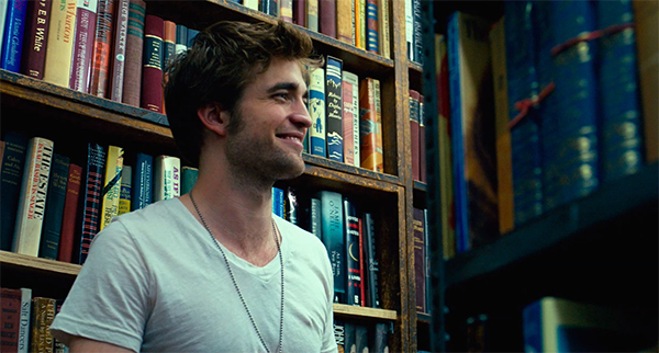 Robert Pattinson sorrindo